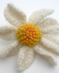 Daisy, ring, glass seed beads, merino wool.